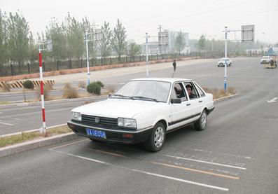 半坡起步定点停车考试要求及评判标准
